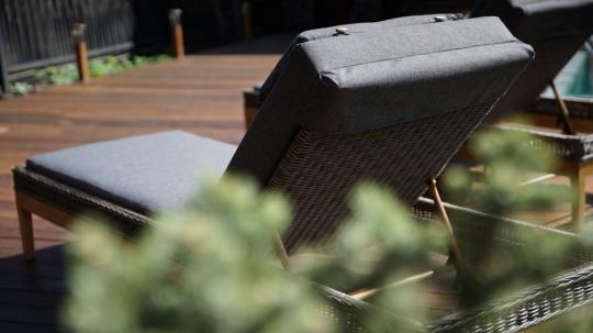 Шезлонг лежак раскладной из ротанга БИАРРИЦ с мягким матрасом и выдвижным столиком-8