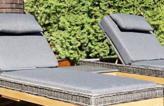 Шезлонг лежак раскладной из ротанга БИАРРИЦ с мягким матрасом и выдвижным столиком-4